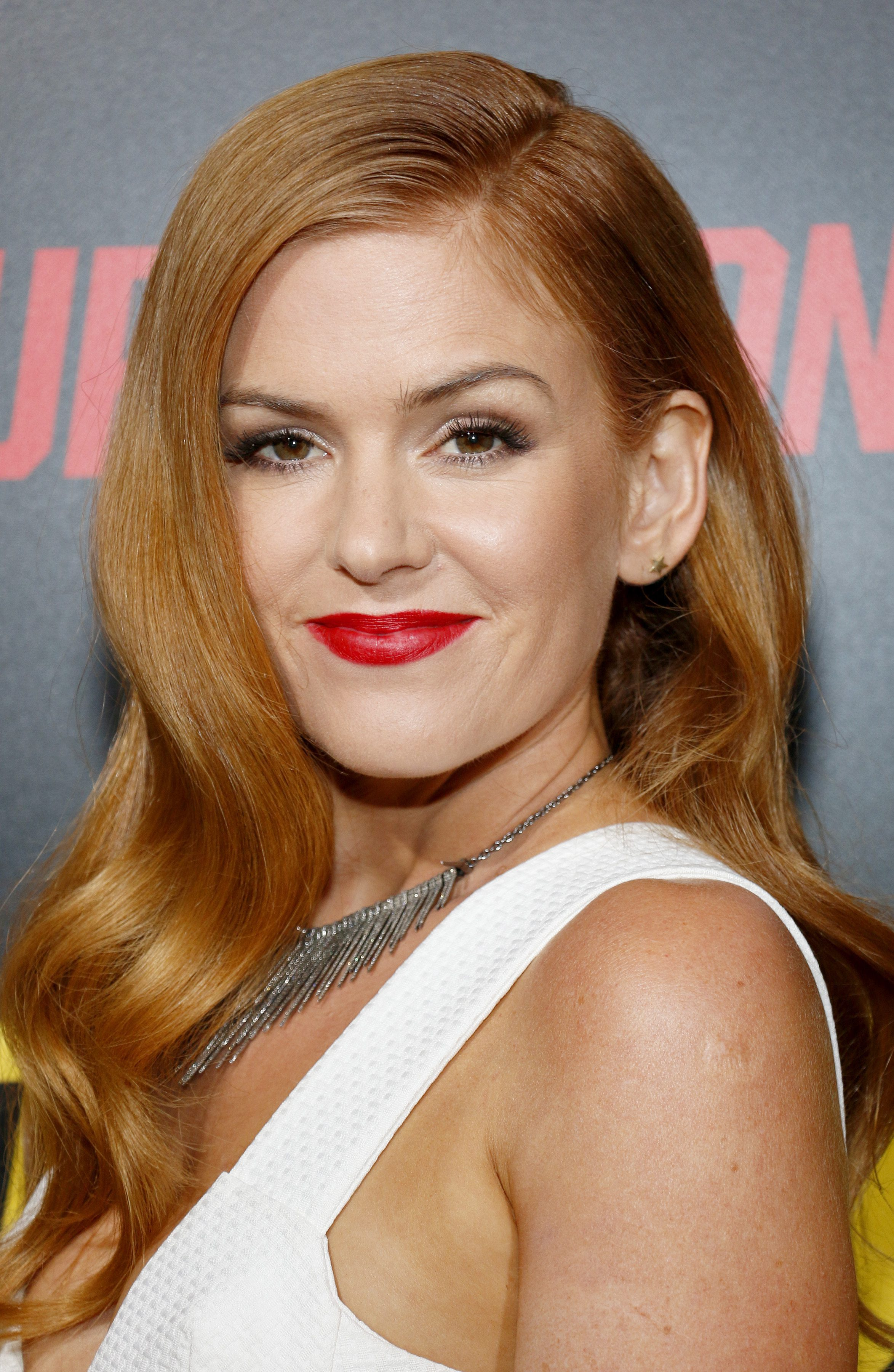 Isla Fisher's Side-Parted Waves