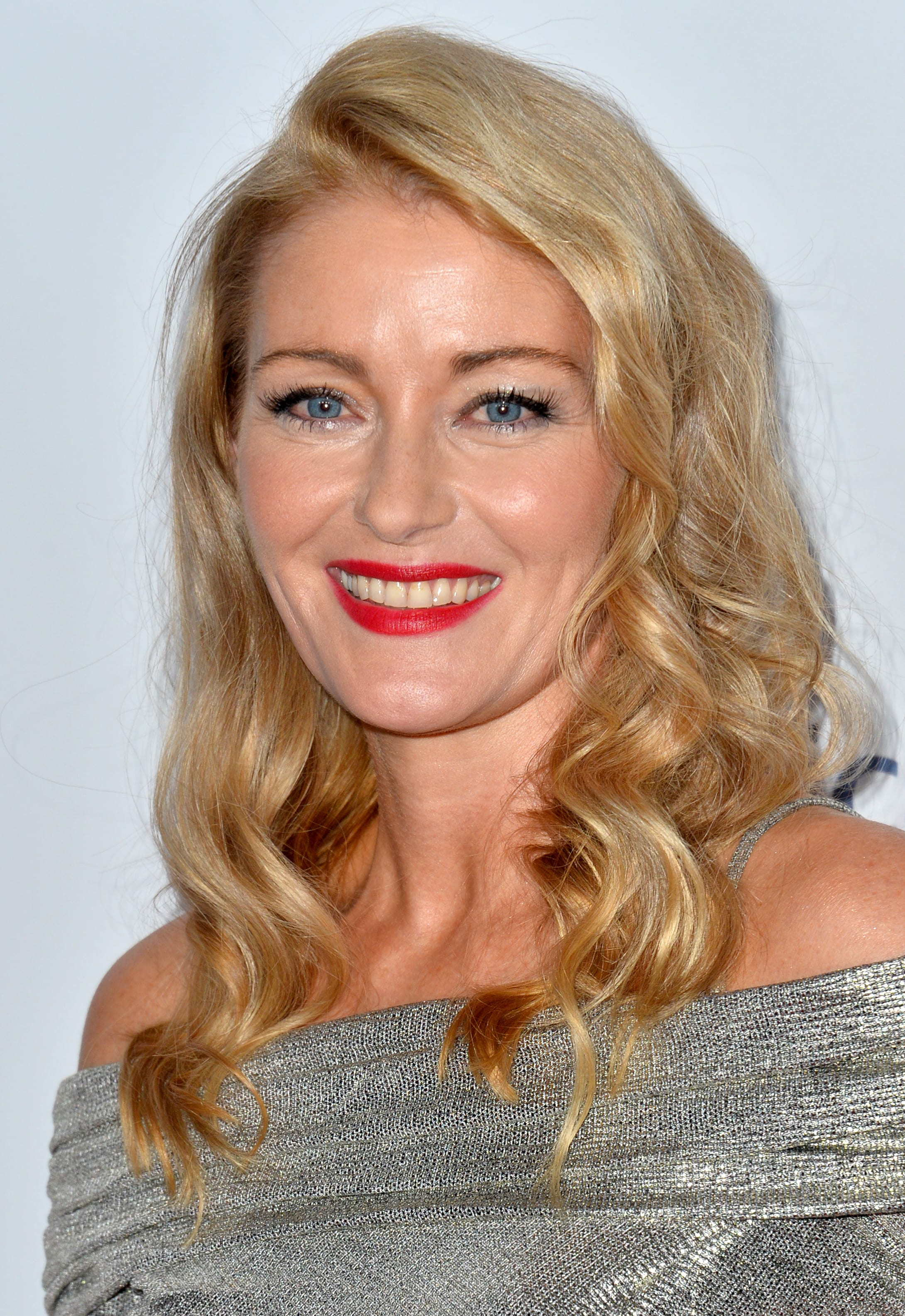 Louise Lombard's Daint Curls and Side Part