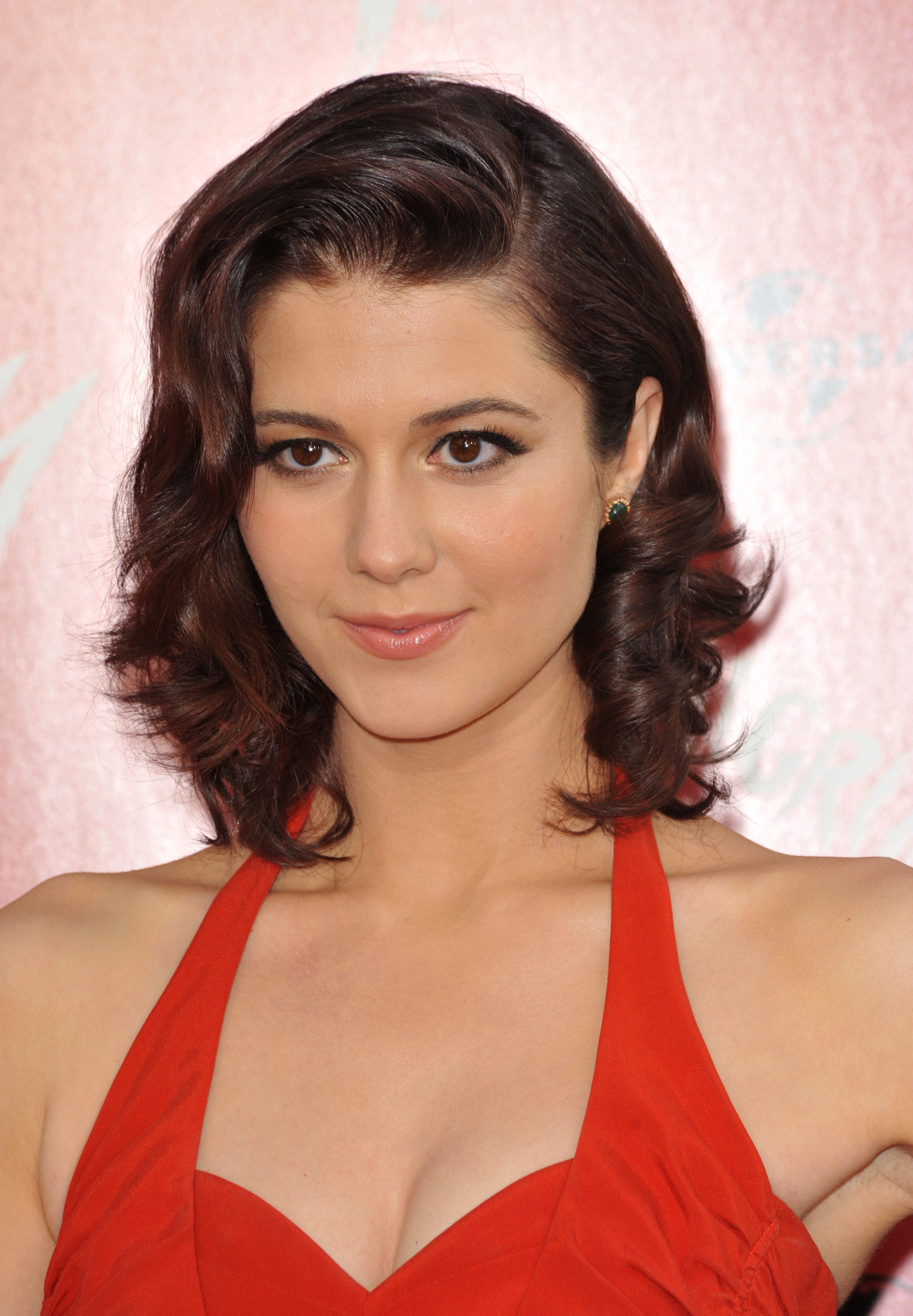 Mary Winstead with Her Charming Short Bob Curls