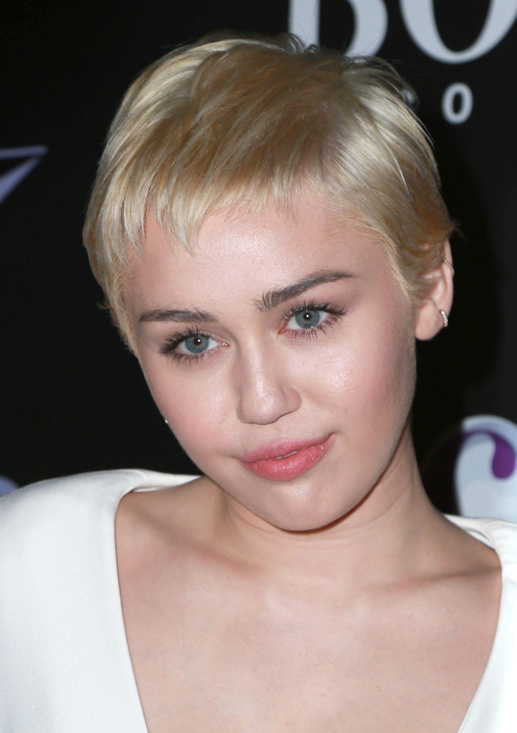 Miley Cyrus' Blonde Microbangs