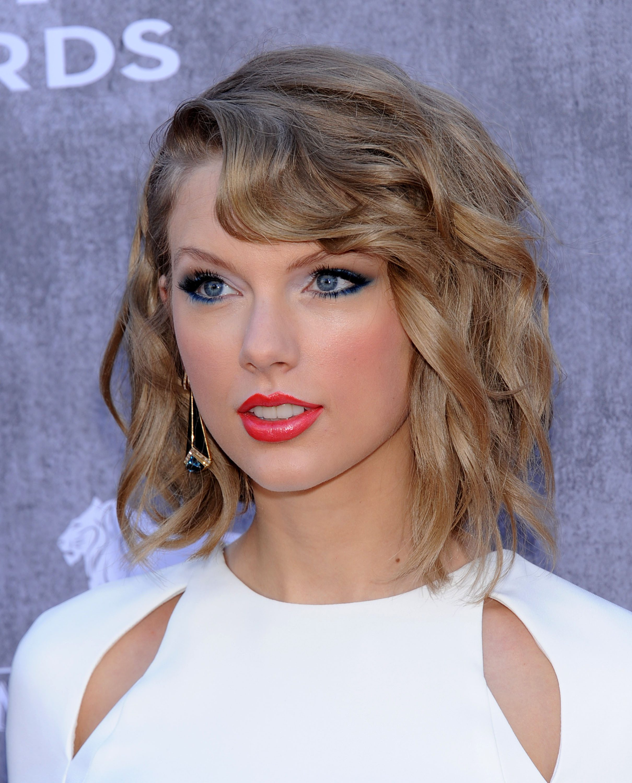 Taylor Swift's Piecey Waves With Side Bangs